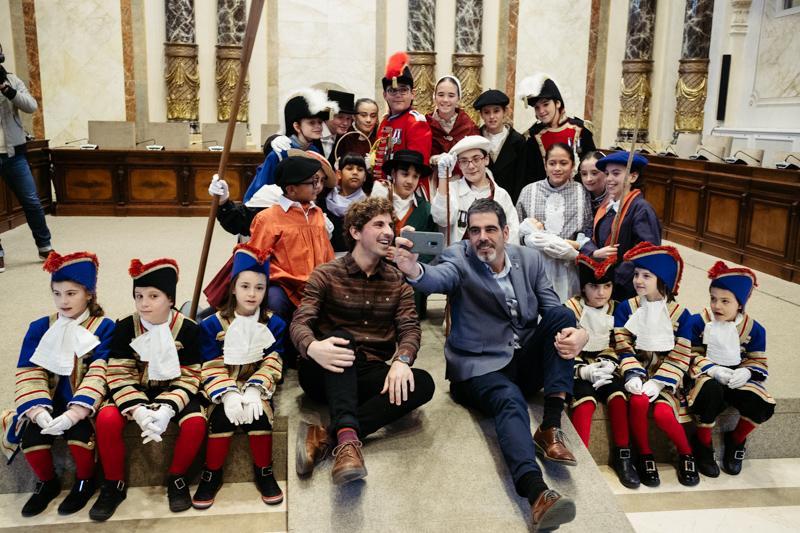 El concejal Jon Insausti, el alcalde Eneko Goia y los protagonistas de la Tamborrada Infantil. Fotos: Santiago Farizano