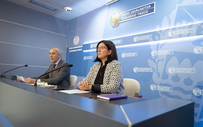 Josu Erkoreka, hoy, junto a la presidenta de Emakunde Izaskun Landaia. Foto: Gobierno vasco