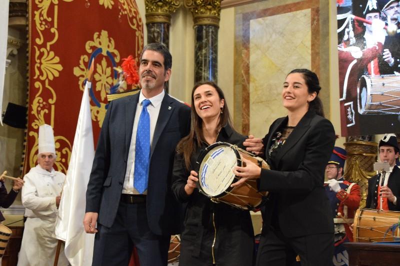 Entrega del Tambor de Oro de Donostia a los equipos femeninos de hockey y fútbol de la Real Sociedad. Fotos: Ayto.