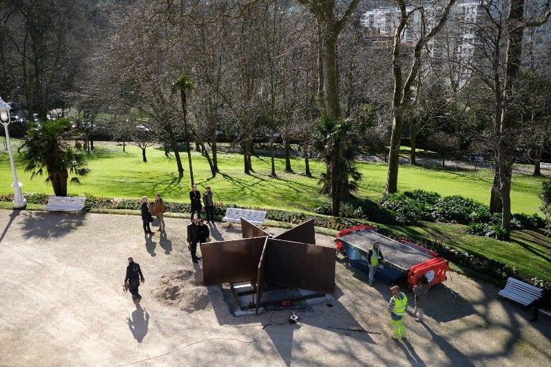 El Pentágono de Richard Serra durante la instalación este mediodía. Fotos: Santiago Farizano