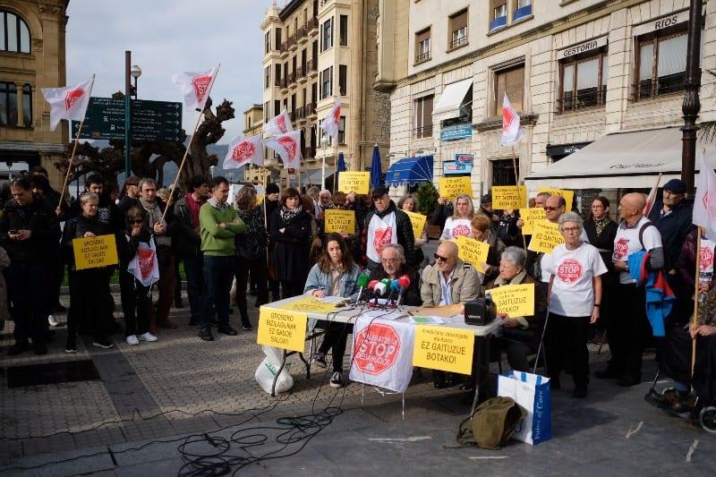 Stop Desahucios y vecinos afectados por el fondo buitre Azora. Fotos: Santiago Farizano