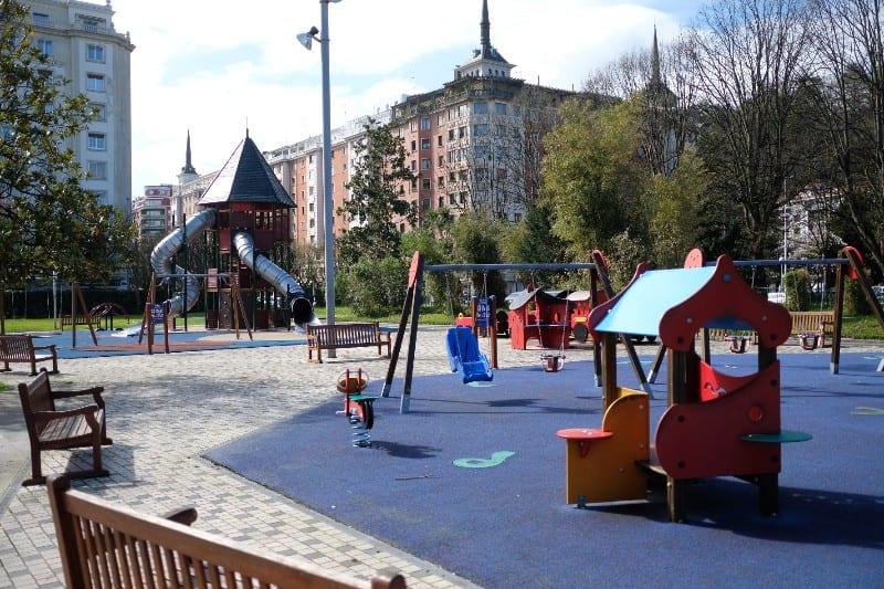 Parques infantiles prácticamente desiertos desde el jueves en Donostia. Foto: Santiago Farizano