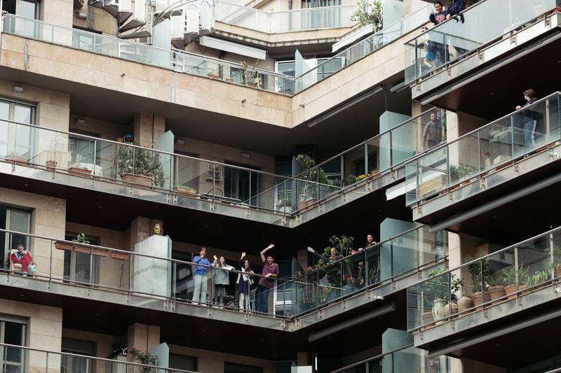 Balcones en Riberas de Loiola un domingo en Estado de Alarma. Foto: Santiago Farizano