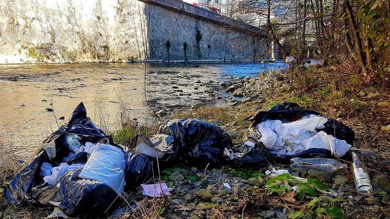 Residuos sanitarios junto al Urola. Foto: Eguzki