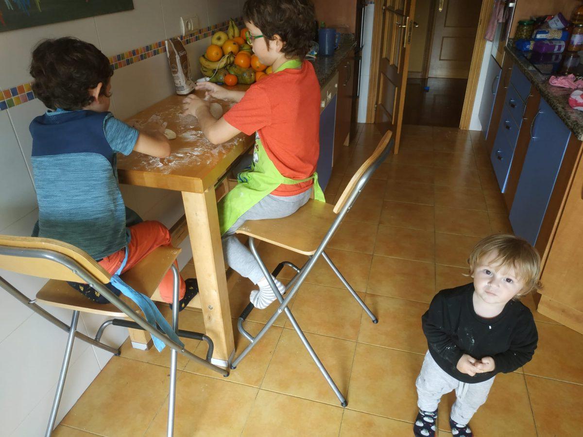 Los niños de la Familia Eguizábal, en Hernani, llevando con disciplina el encierro. Foto: I.E.