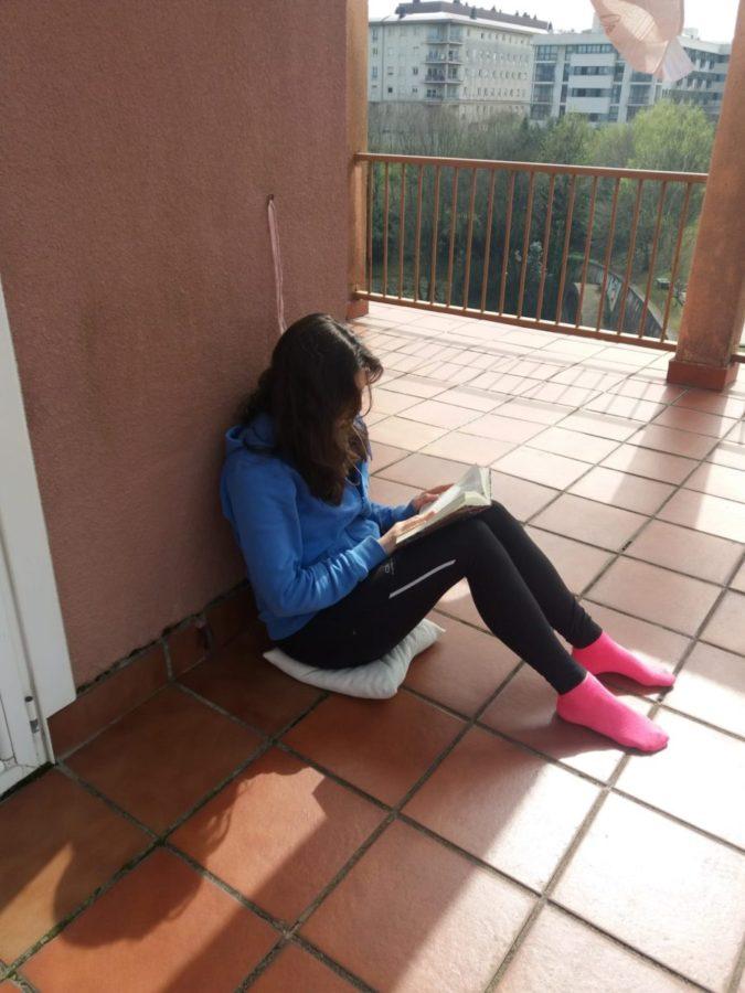 La hija pequeña de la familia Azqueta leyendo en su terraza. Foto: I.A.