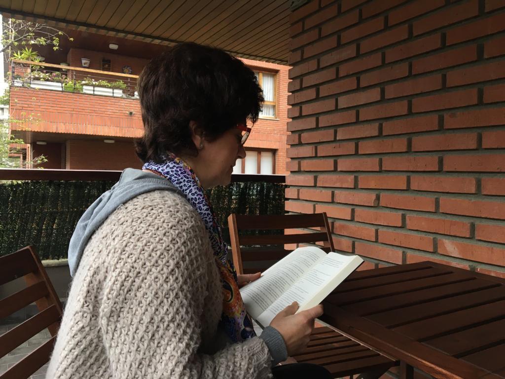 La madre de la familia Martínez, en su terraza. Foto: J.M