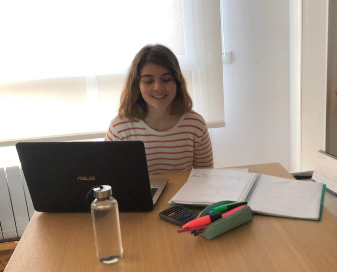 La hija de la familia estudiando. Foto: A.F