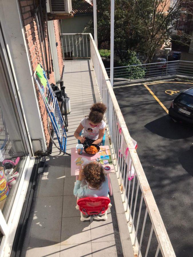 Las pequeñas de la casa disfrutando del balcón. Foto: O.A