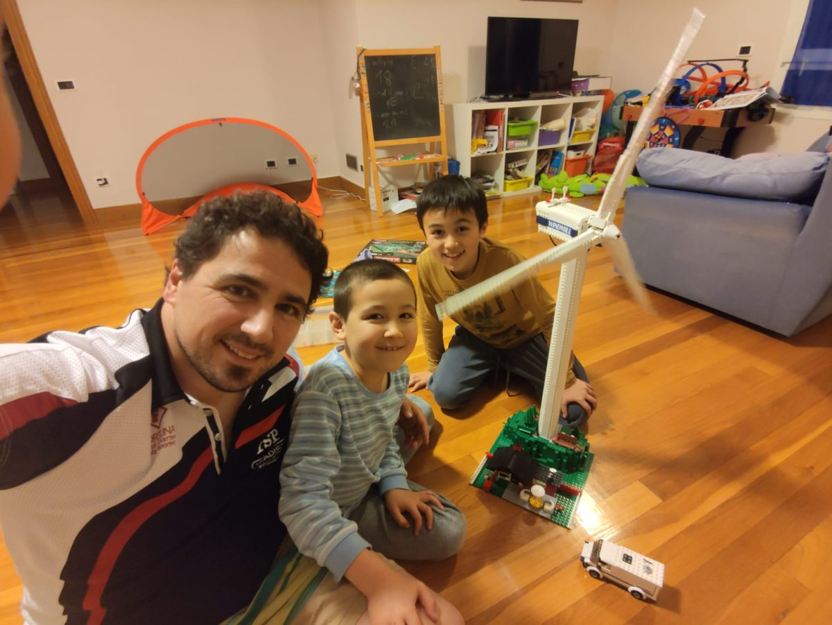 Sugoi Gomez-Iradi y sus hijos. Foto: DonostiTik