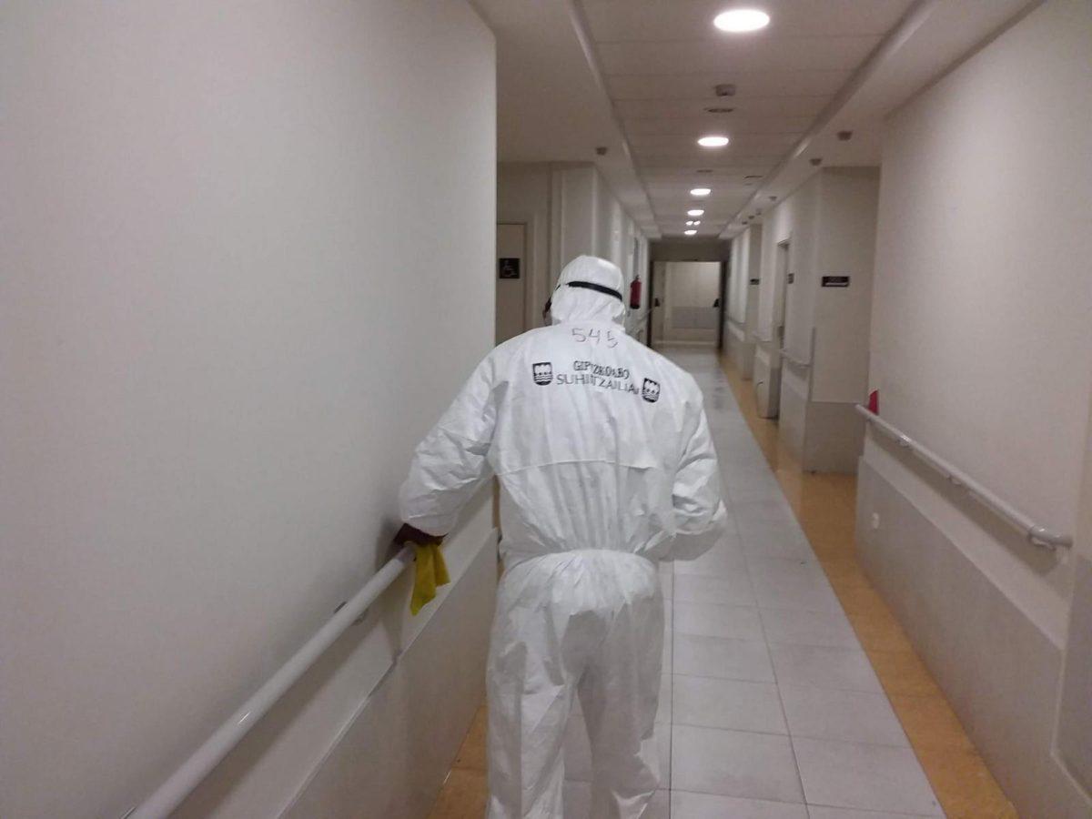 Desinfección en residencias del Territorio a cargo de los bomberos. Foto: Diputación