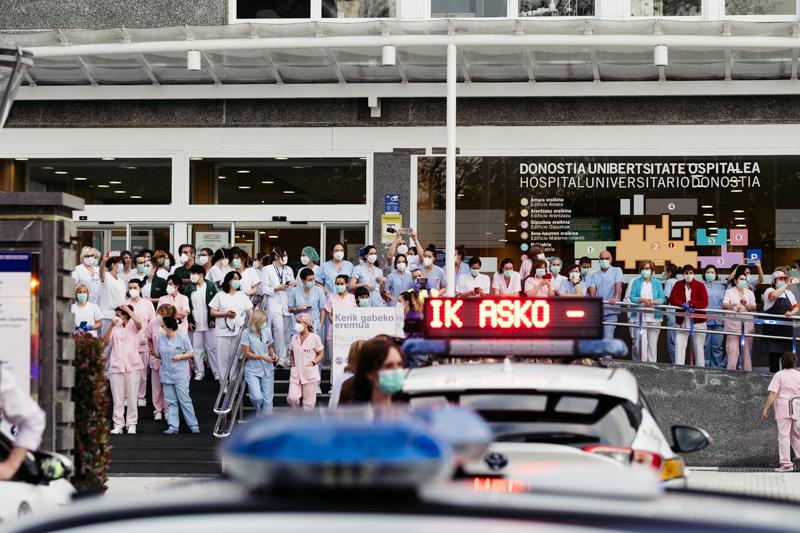 Homenaje al sector sanitario en el Hospital Donostia el 12 de abril de 2020. Foto: Santiago Farizano