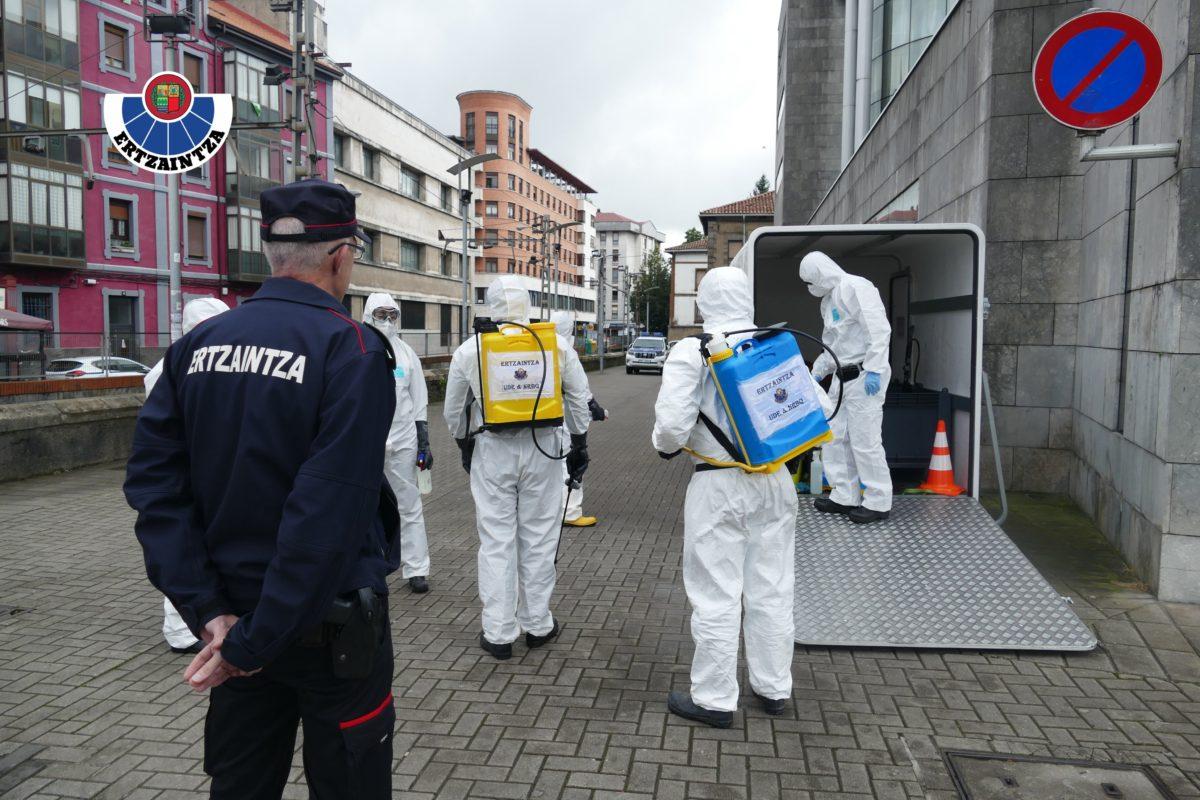 Equipos de la Ertzaintza procediendo a la desinfección de instalaciones públicas. Foto: Ertzaintza