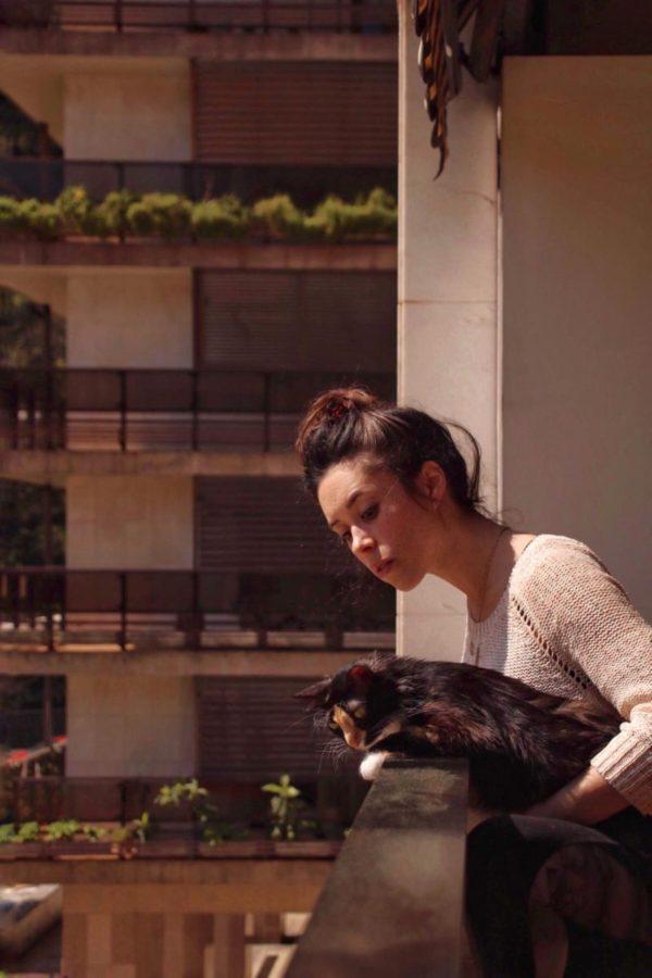 Idoia y su gata Lur en sus 20 minutos de observación. Foto: DonostiTik