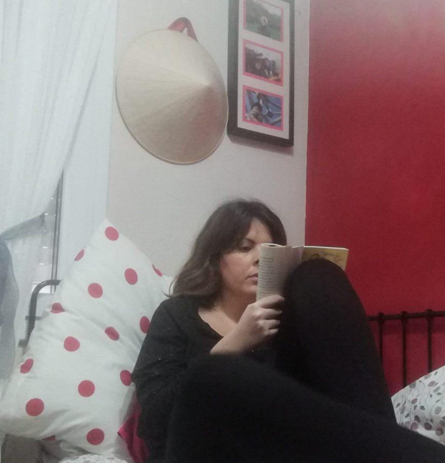 Cristina Benedi leyendo. Foto: Donostitik