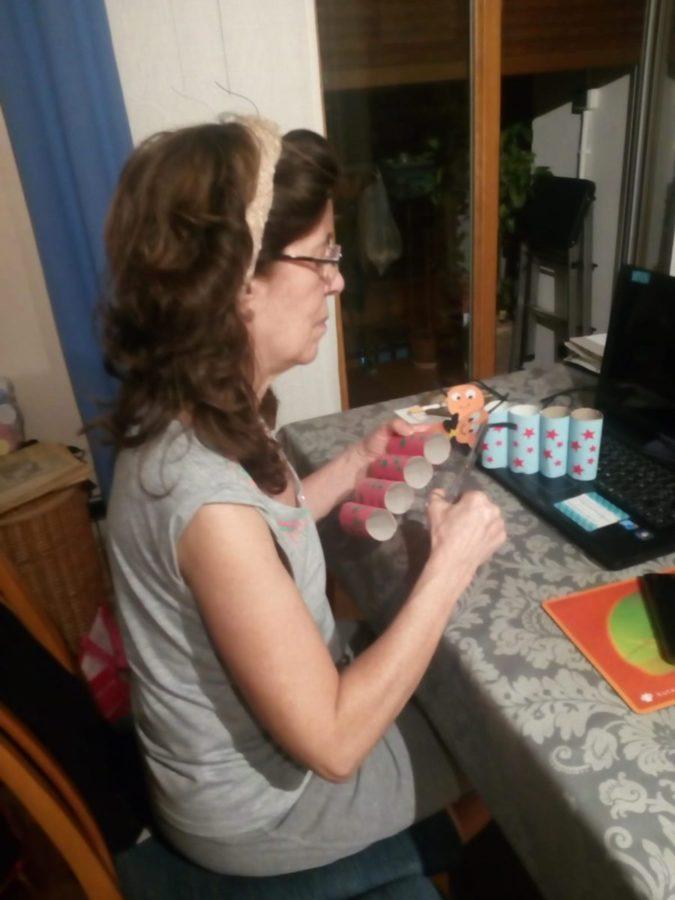Marisol Martín realizando manualidades para decorar su zapatería. Foto: Donostitik