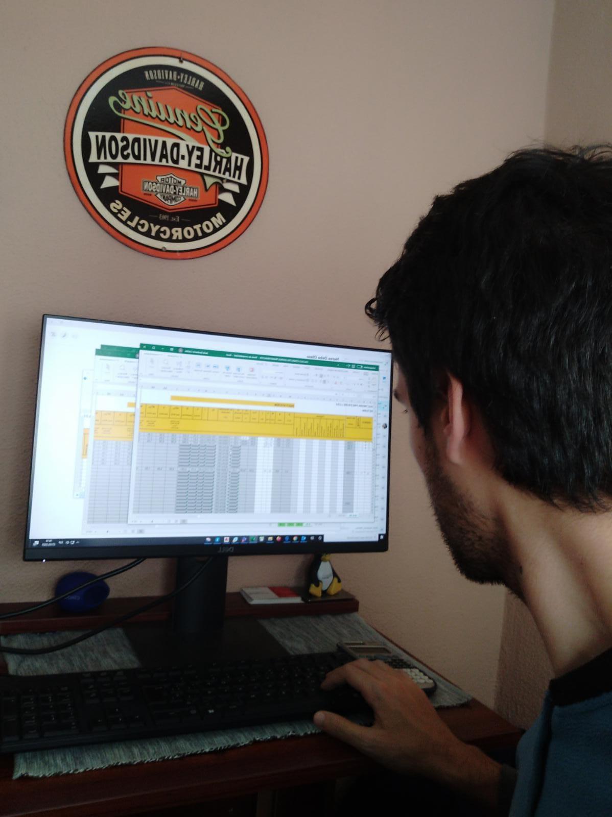 Janik teletrabajando como todos los días. Foto: Donostitik