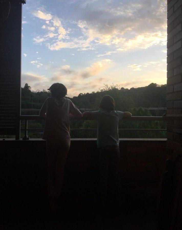 Lucía y Ángela, de 10 y 9 años, en su casa de Martutene. Foto: DonostiTik