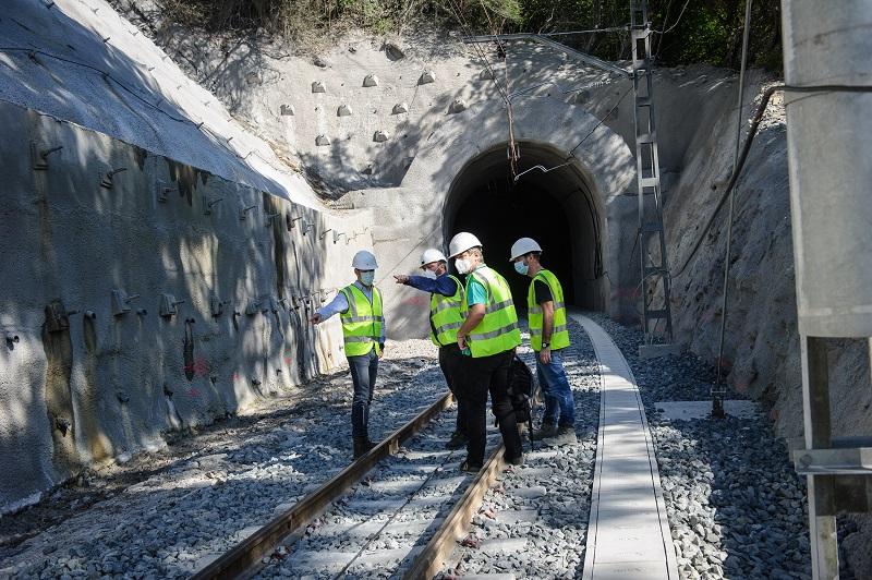 Los ténicos inspeccionando el túnel Sakoneta II. Foto: Euskotren