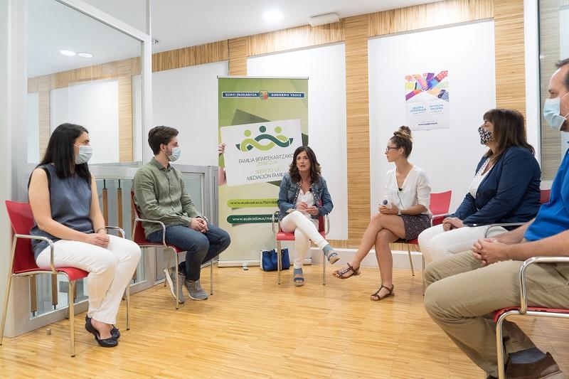 La consejera de empleo y políticas sociales, Beatriz Artolazabal, con representantes del SMF. Foto: Gobierno Vasco