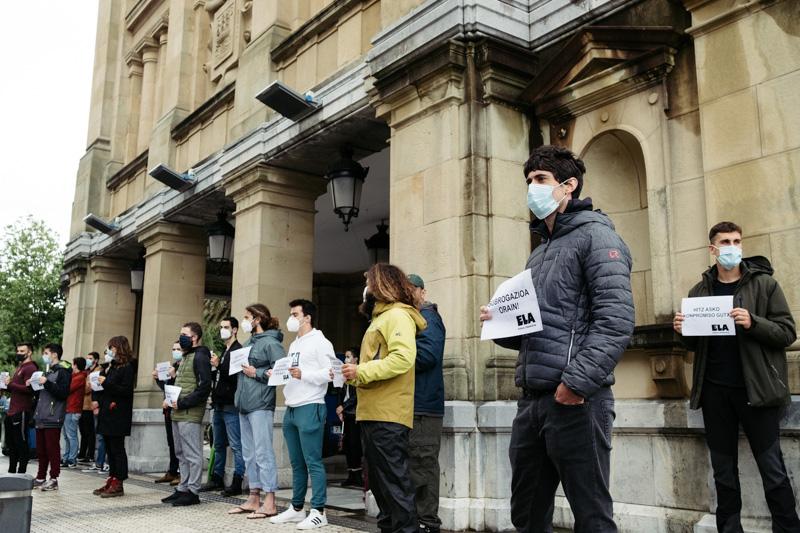 Socorristas esta mañana frente al Consistorio donostiarra. Foto: Santiago Farizano