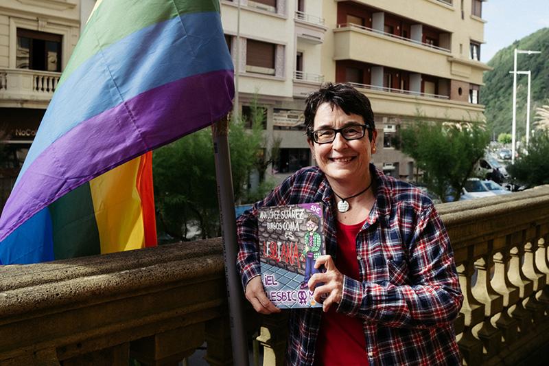 Teresa Castro con su bandera arcoíris y su cómic. Foto: Santiago Farizano