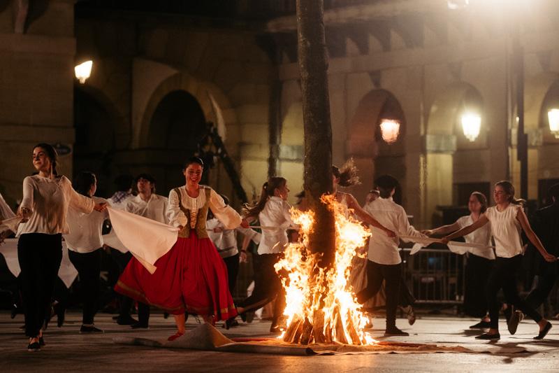 Hoguera de San Juan en la plaza de la Constitución. La única permitida ayer. Fotos: Santiago Farizano