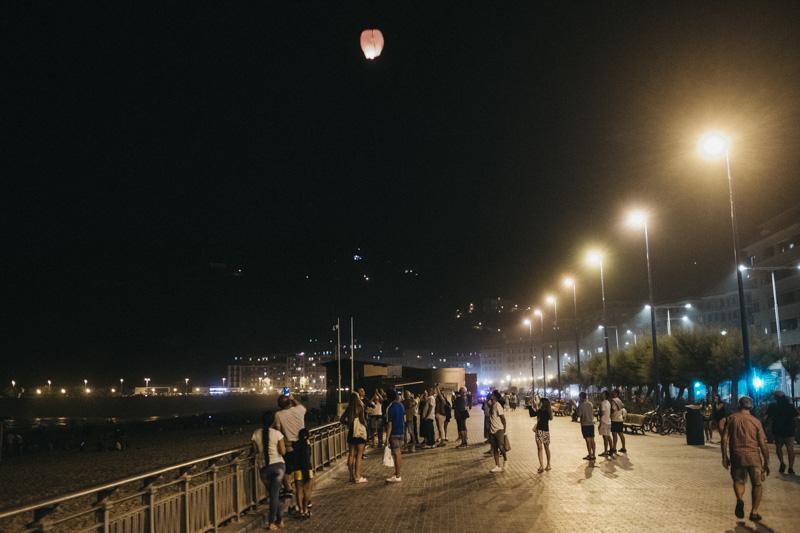El Paseo de la Zurriola, anoche, víspera de San Juan sin hogueras. Fotos: Santiago Farizano