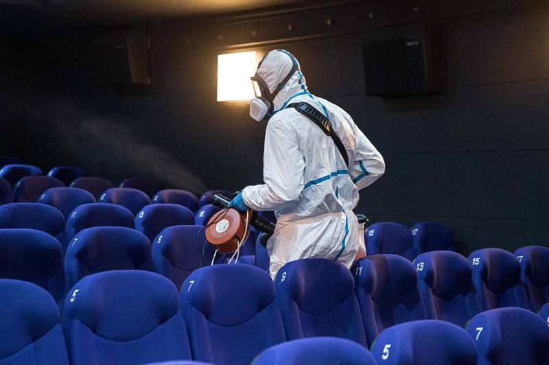 Archivo. Desinfección en las salas de cine. Foto: EZAE