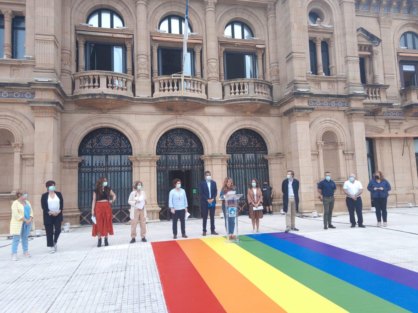 Representantes de los grupos municipales esta mañana frente al Ayuntamiento. Foto. A.E.