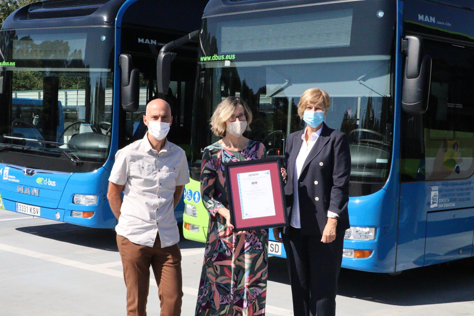 Pilar Arana, concejala de Movilidad, Igor Gonzalez, director Gerente de Dbus y Luz Emparanza directora de AENOR en Euskadi. Foto: Ayuntamiento de Donostia