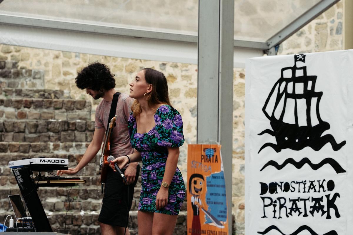Concierto en la Plaza de la trinidad en la fiesta de Donostiako Piratak. Fotos: Santiago Farizano