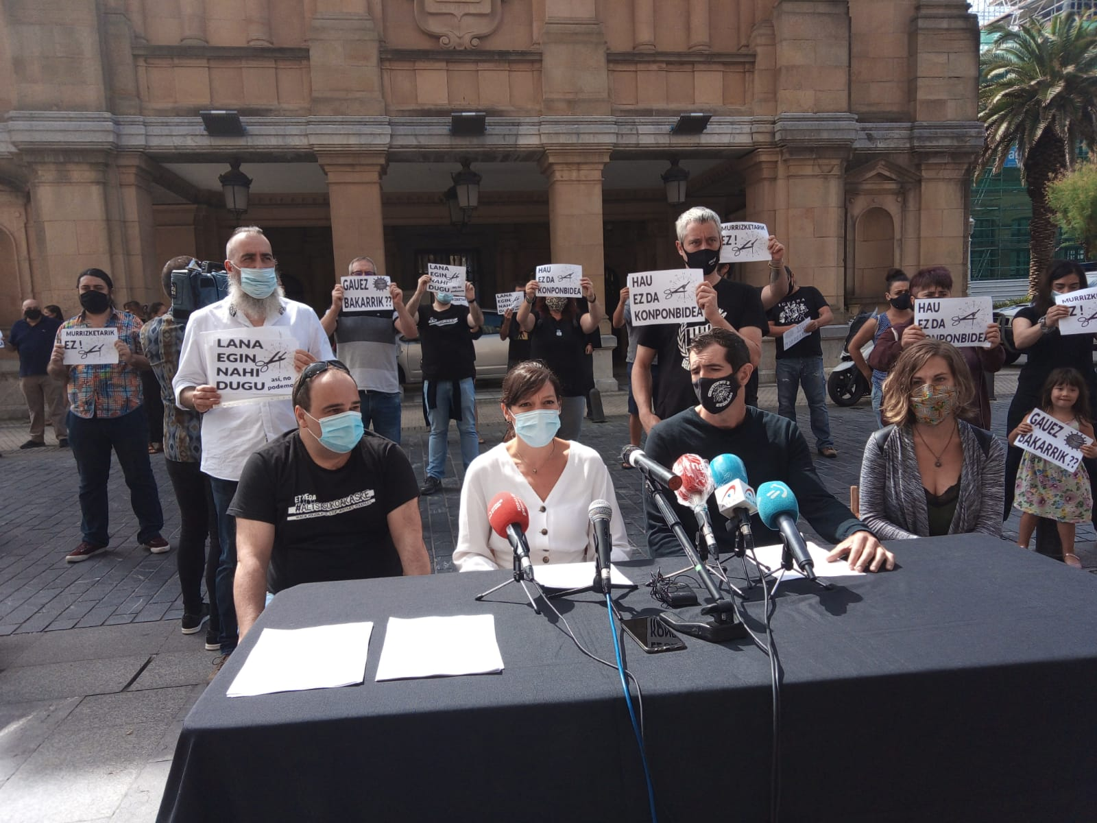 Hosteleros hoy frente al Ayuntamiento. Foto: A.E
