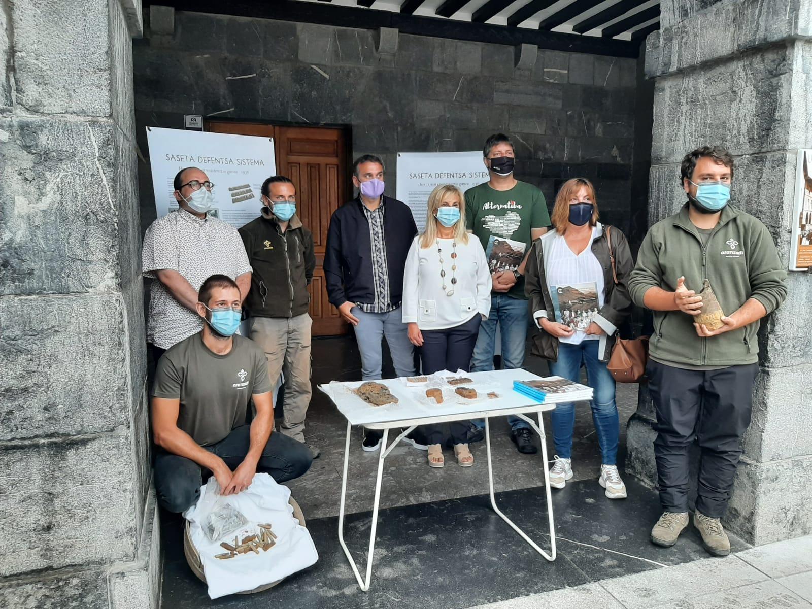 El equipo de Aranzadi mostrando los hallazgos. Foto: Aranzadi