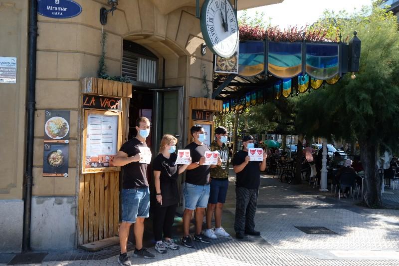 Parón en la hostelería donostiarra esta mañana para pedir ayudas para el sector. Foto: Santiago Farizano