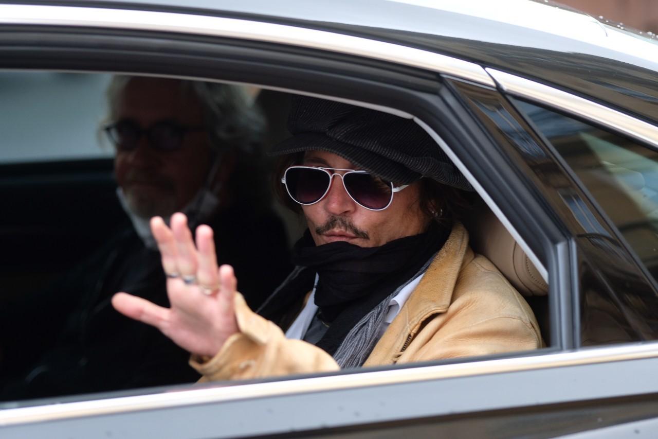 Johnny Depp marchándose de Donostia tras su participación en el Zinemaldi de 2020. Foto: Santiago Farizano