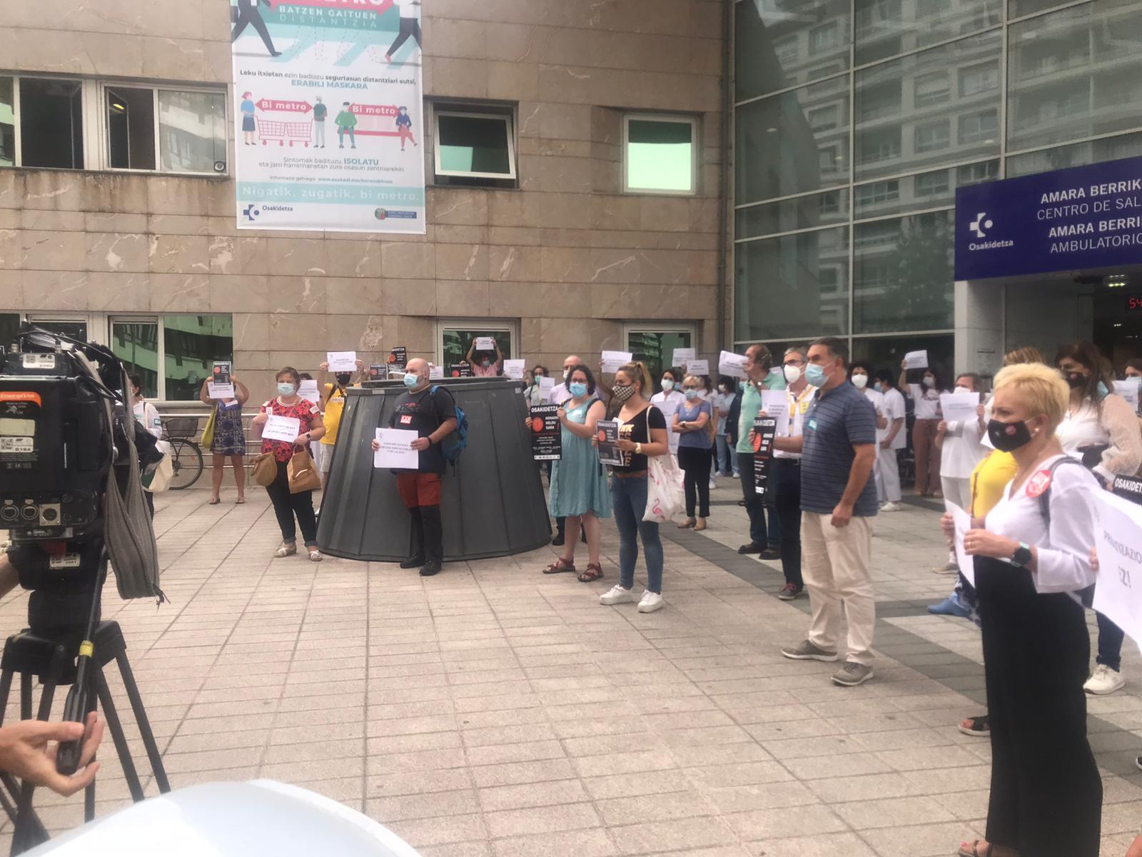 Trabajadores del Ambulatorio de Amara Berri, hoy, en la puerta. Foto: ELA sindikatua