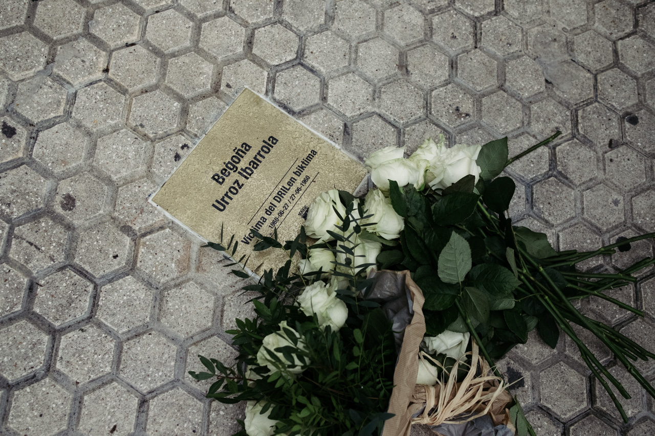 Imagen de archivo. Placa en memoria de Begoña Urroz. Foto: Santiago Farizano