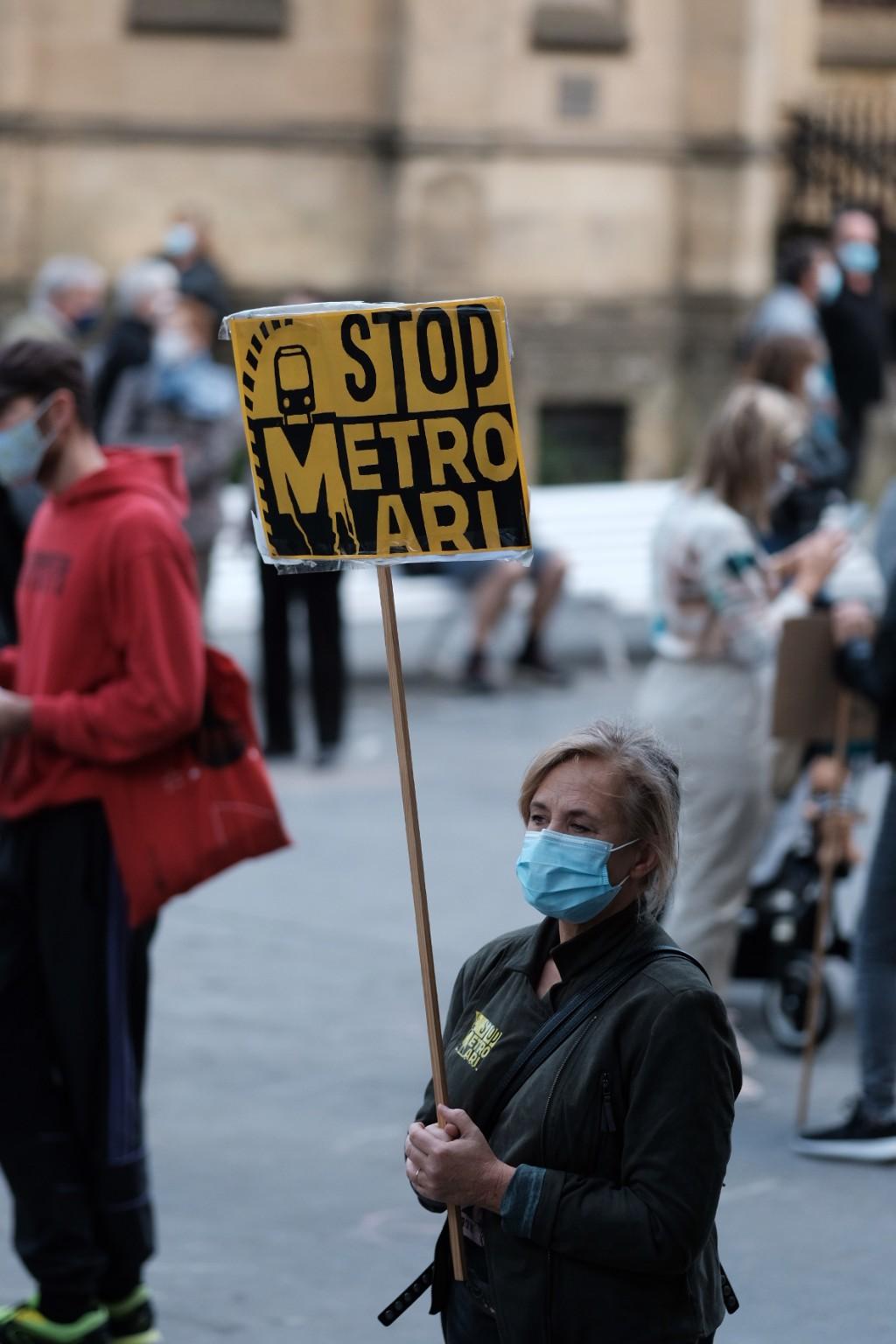 """2020 1114 11582600 copy 1024x1536 - Cientos de donostiarras se manifiestan contra """"el escándalo"""" de la pasante del Metro"""
