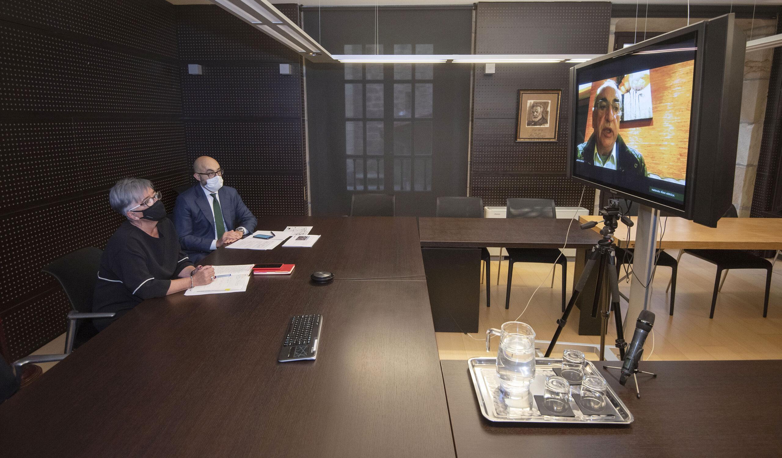 Arriola en vídeo llamada hoy con la alcaldesa de Pasaia Izaskun Gómez. Foto: Gobierno vasco