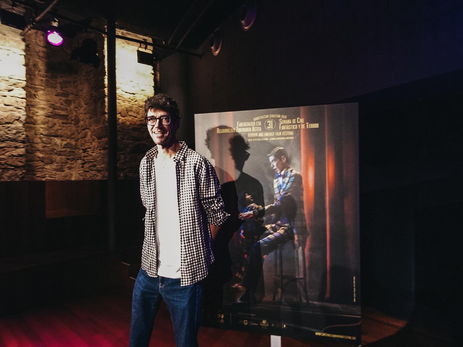 Javier Botet con el cartel de la Semana que él mismo protagoniza. Foto: A.E