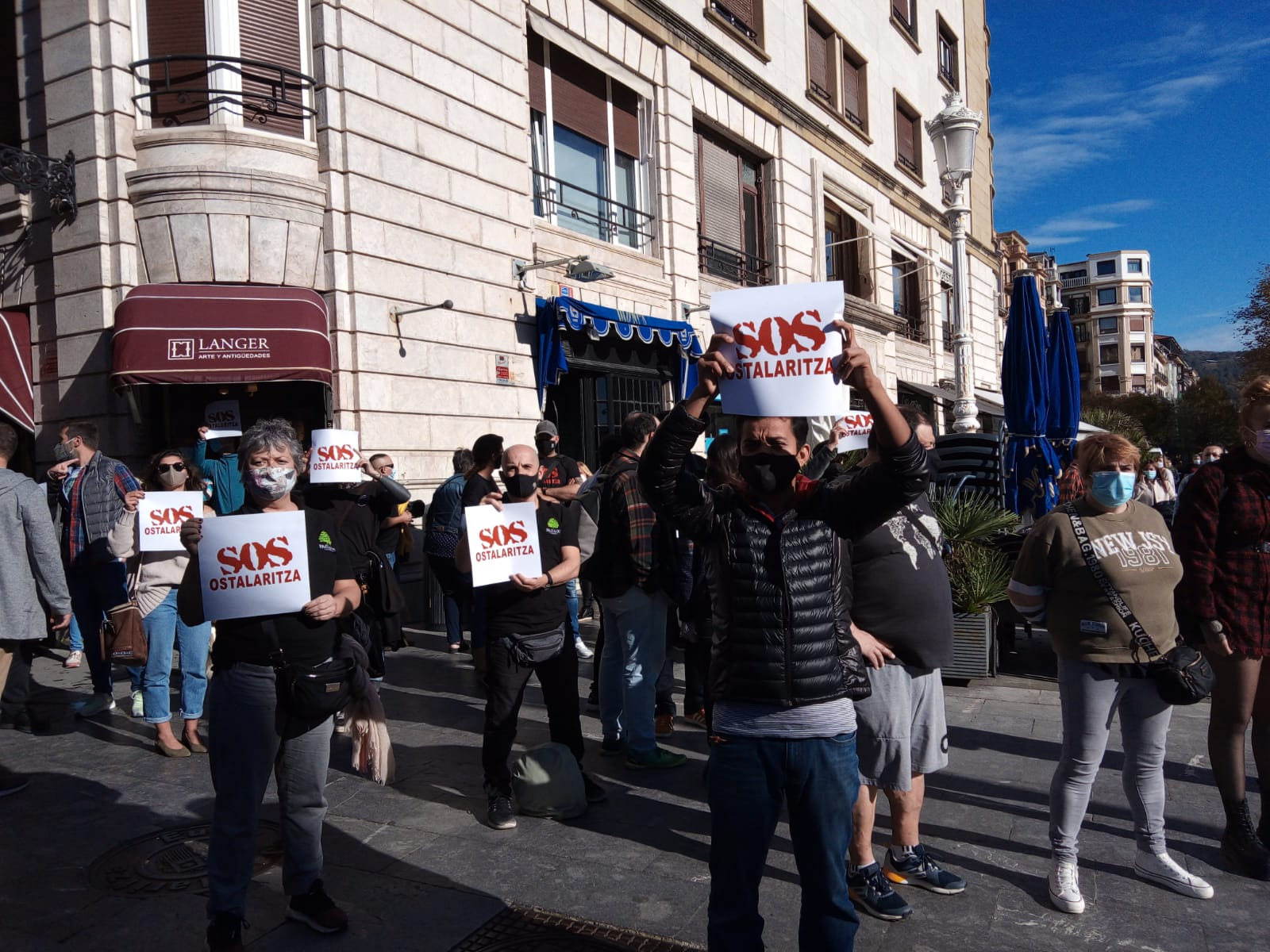 SOS Ostalaritza hoy frente al Ayuntamiento de Donostia. Fotos: A.E.