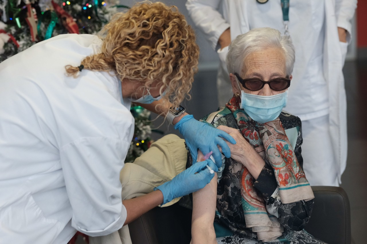 La primera vacunada, Bernardina Escudero, de 87 años. De Oiartzun. Fotos: Santiago Farizano