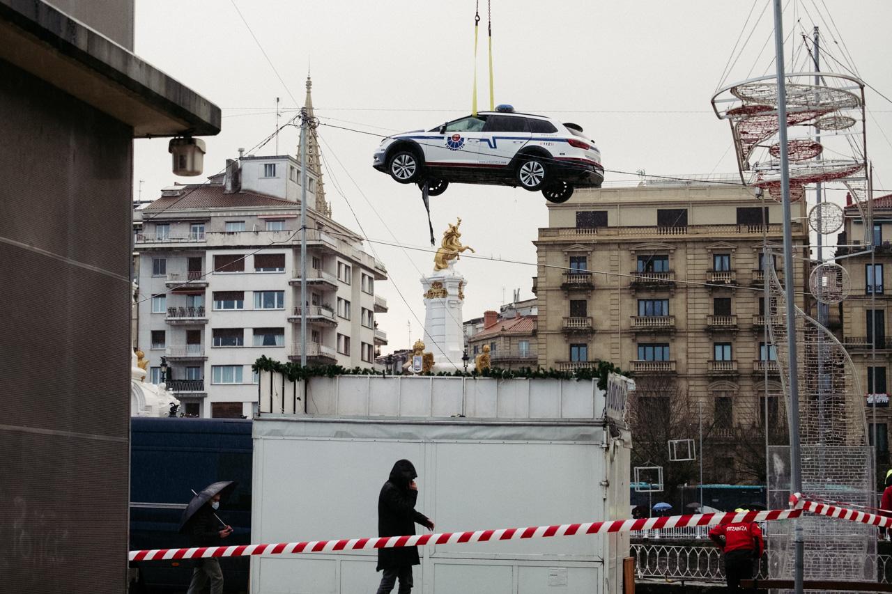 Momento del rescate del coche caído al Urumea. Foto. Santiago Farizano