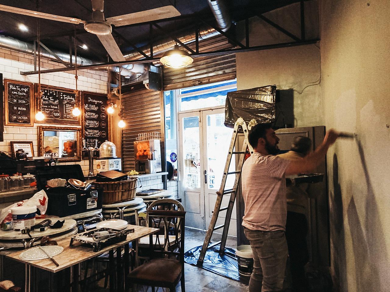 Lander Martija (sin mascarilla a petición del fotógrafo) da las útimas pinceladas en Pirpira Café de la Plaza Easo para reabrir mañana. Foto: A.E.