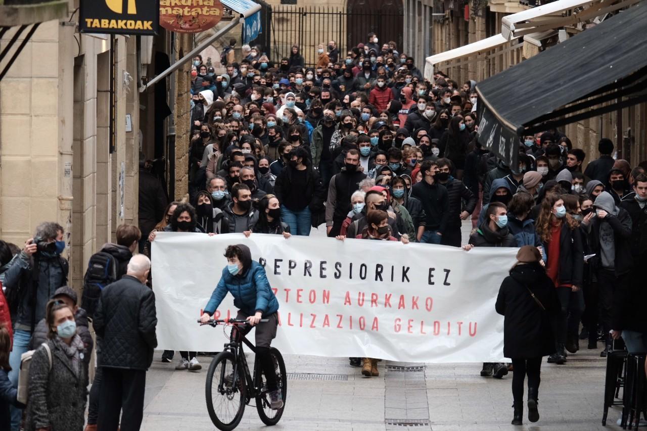 2021 0123 12562500 copy 1280x853 - Cerca de 2.000 personas en la manifestación contra las actuaciones policiales en la Parte Vieja