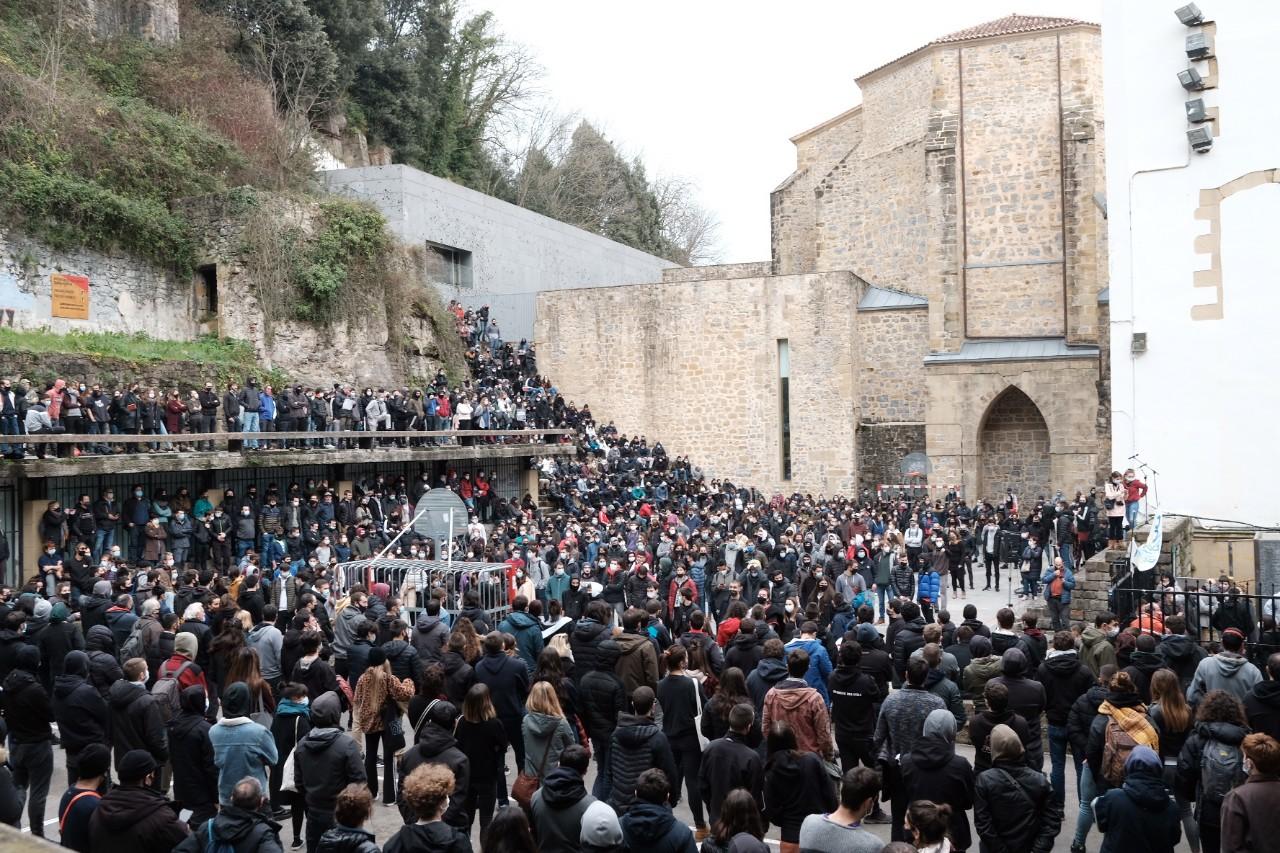 2021 0123 13150800 copy 1280x853 - Cerca de 2.000 personas en la manifestación contra las actuaciones policiales en la Parte Vieja