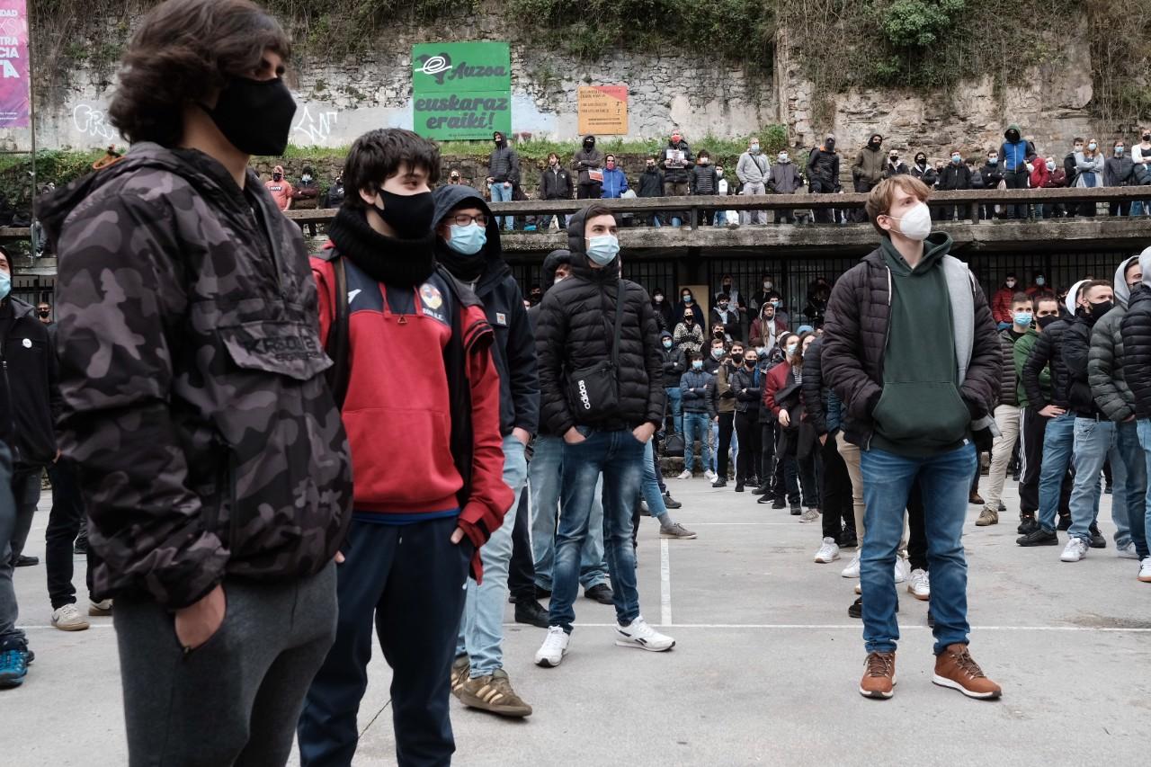 2021 0123 13192000 copy 1280x853 - Cerca de 2.000 personas en la manifestación contra las actuaciones policiales en la Parte Vieja