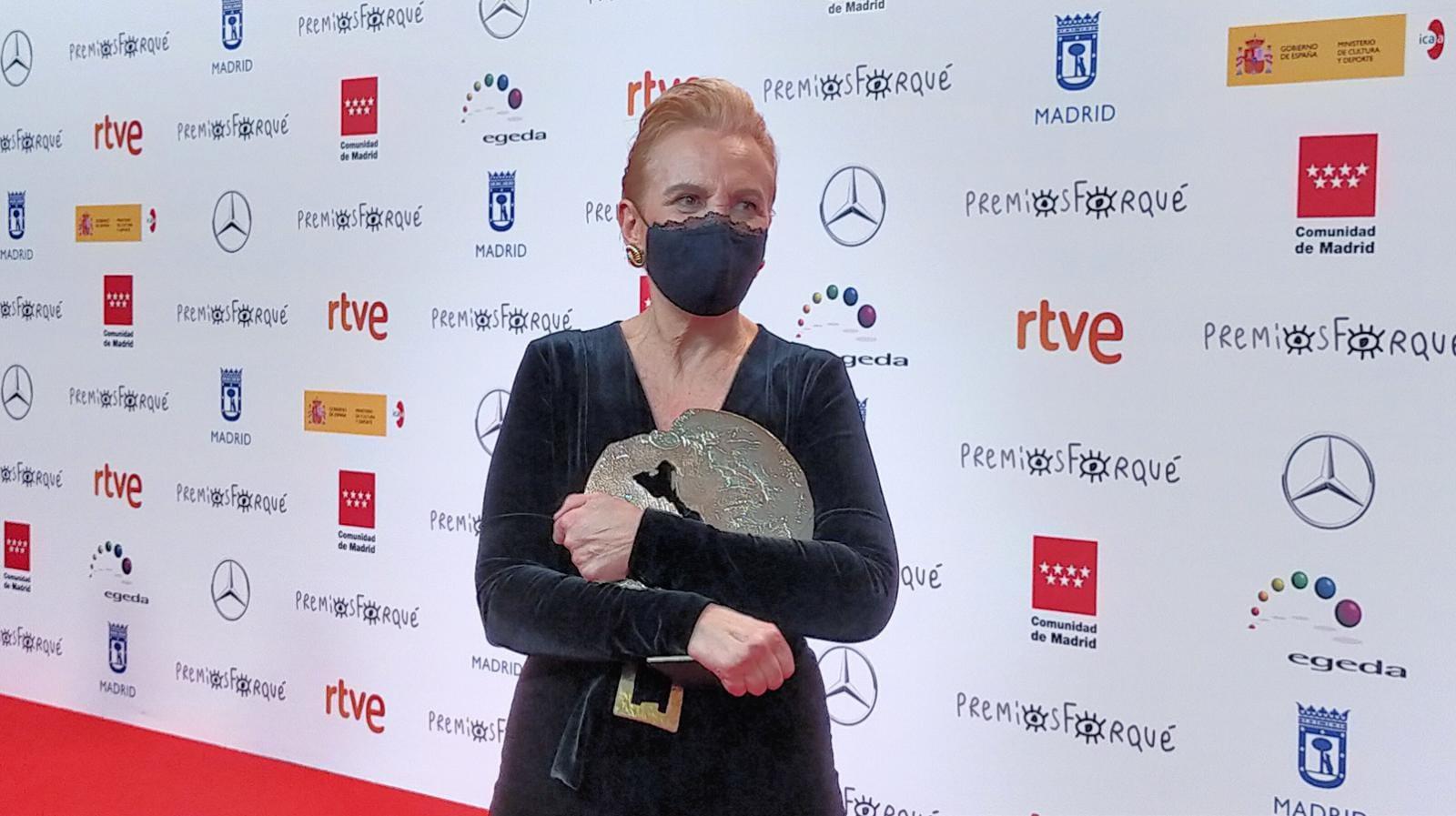 Elena Irureta tras recoger su premio. Foto: Premios Forqué