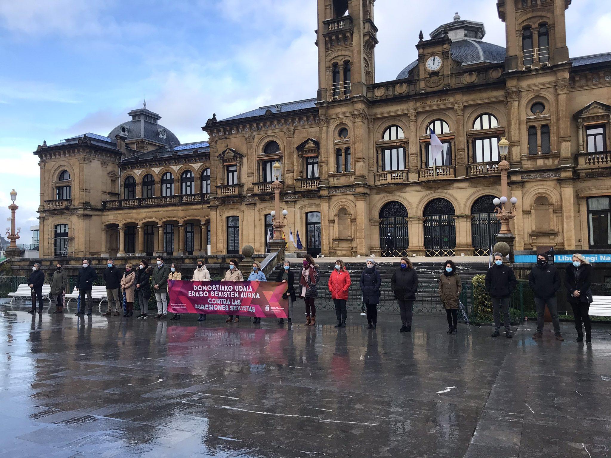 Concentración en el Ayuntamiento en repulsa por la muerte de Aintzane Pujana. Foto: EH Bildu
